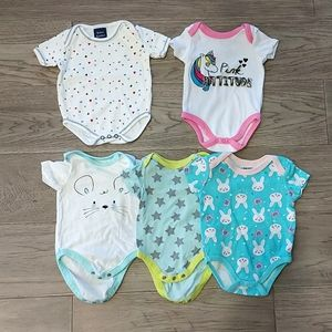 Lot of 5 Onsies size 0-3 Months